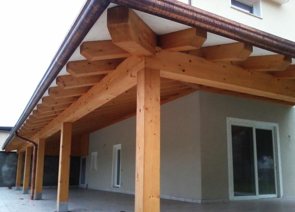 Portico con travatura in legno tavolato in legno for Cabina con avvolgente portico