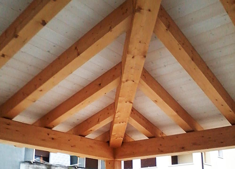 Portico con travatura in legno tavolato in legno for Voglio costruire una piccola casa